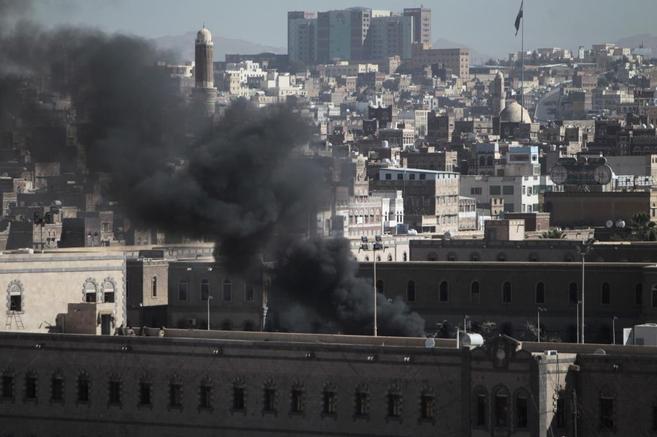 Una columna de humo se eleva sobre el Ministerio de Defensa atacado en...