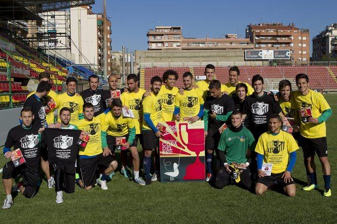 La plantilla del Sant Andreu posa en el estadio Narcís Sala.