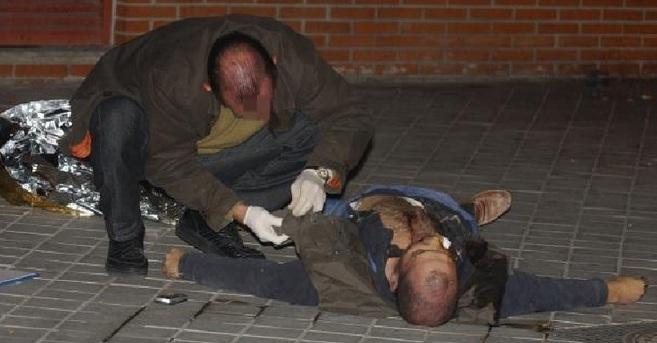 Un policía registra el cadáver de uno de los gemelos auchillados en...