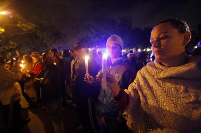 Un grupo de sudafricanos, con velas junto a la casa de Mandela.