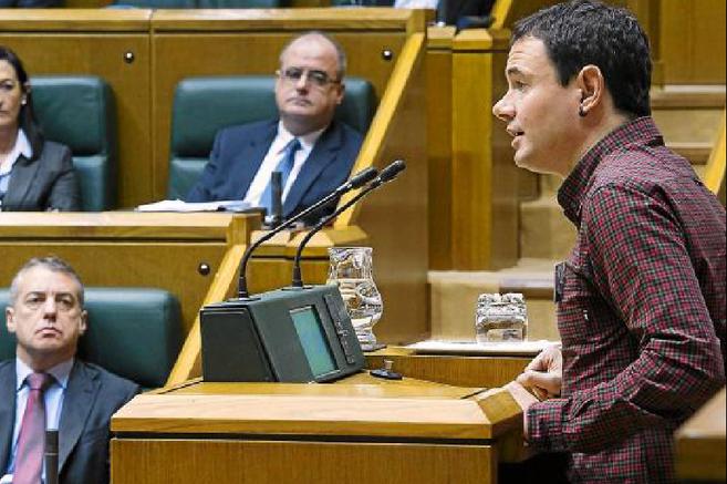 Iñigo Urkullu observa en el Parlamento vasco la intervención de...
