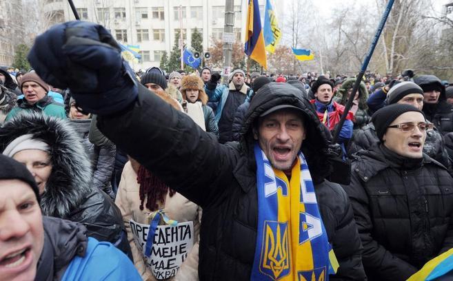 Manifestantes, en una concentración proeuropea, ayer, frente al...