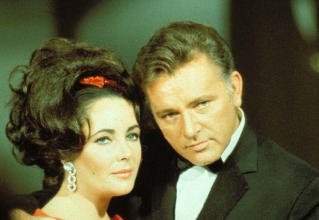 La actriz Elisabeth Taylor junto a su marido, Richard Burton, en una...