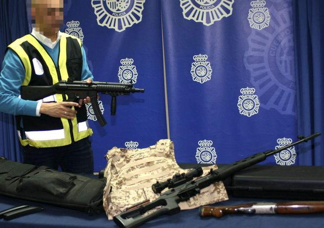 Algunas de las armas y material incautado por la Policía durante la...