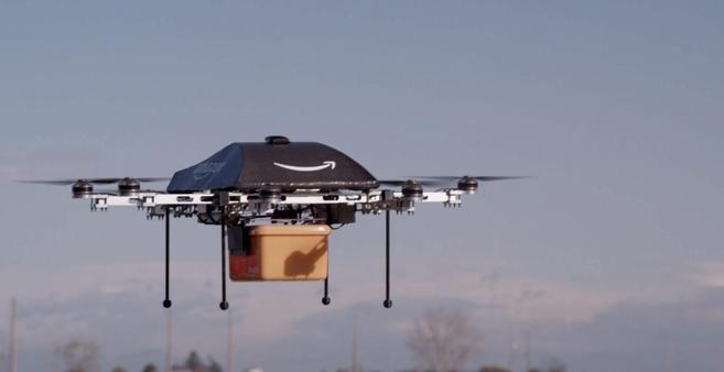 Un drone de Amazon hace la entrega de un paquete.