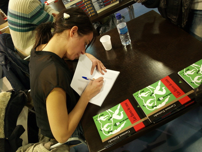 Carmen Estirado, durante una firma de ejemplares de su novela...