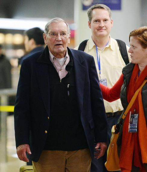 El soldado veterano de EE.UU Merrill Newman en el aeropuerto de...