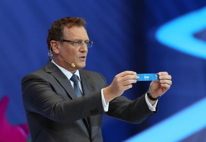 Jérôme Valcke, secretario general de la FIFA, al sacar la bola de...