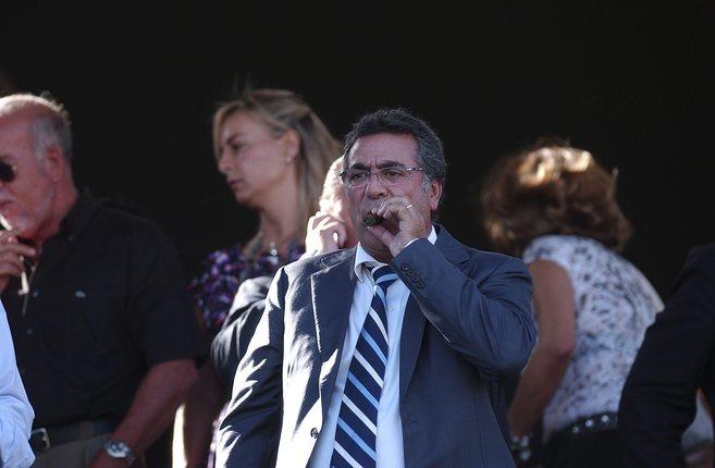 El empresario, durante un partido del Hércules, con Castedo al fondo.