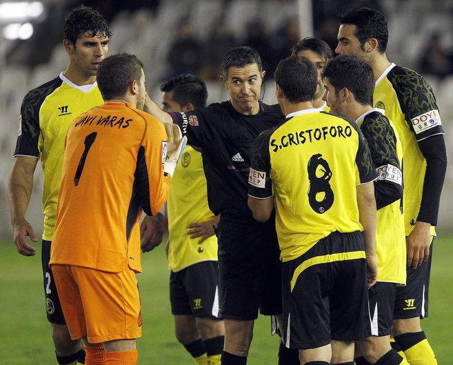 Los jugadores del Sevilla discuten con el árbitro tras la expulsión...