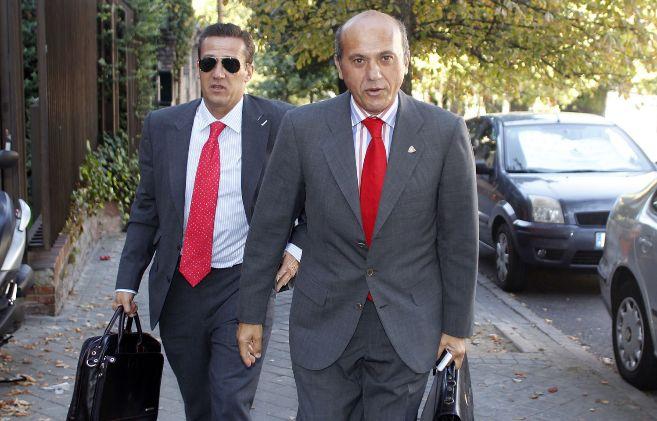 José María Cruz, al fondo, tras el todavía presidente del Sevilla...