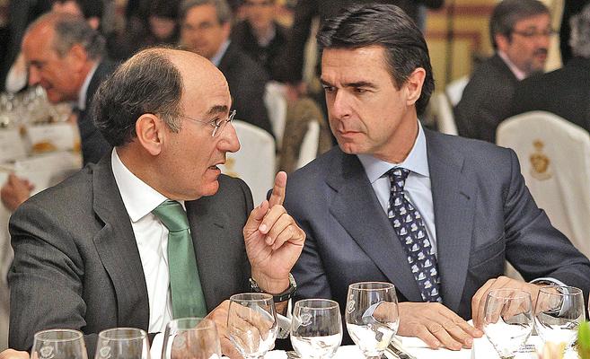 El presidente de Iberdrola, Ignacio Sánchez Galán, charla con el...