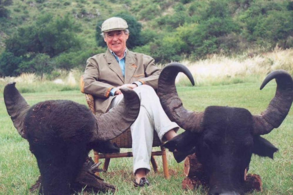 Miguel Blesa, con dos cabezas de búfalo, en un safari en Argentina en...
