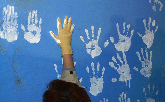 Manos blancas pintadas en la fachada de la casa de Jesús Ulayar,...