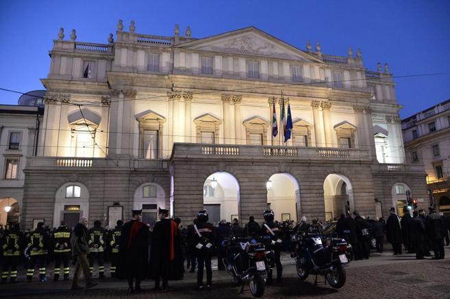 La Polícia protege el acceso a La Scala en Milán en su apertura de...