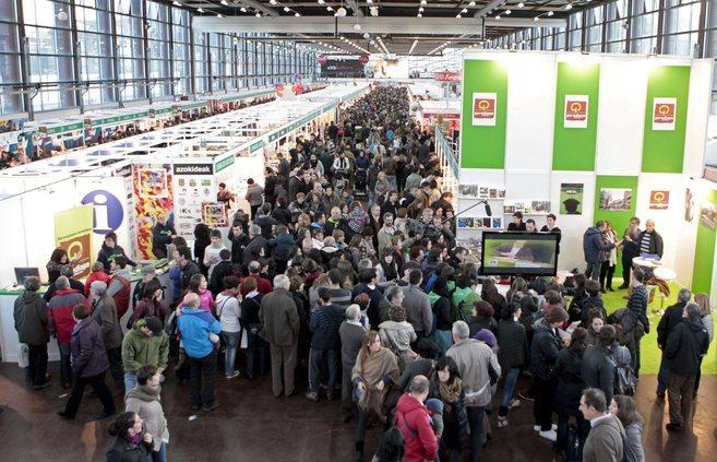El público llena los pabellones de la Feria del Libro y Disco de...