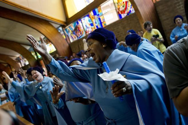 Un grupo de mujeres reza por Nelson Mandela en Johannesburgo.