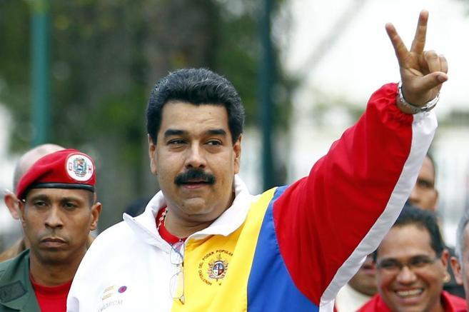 Nicolás Maduro hace el gesto de la victoria tras votar en las...