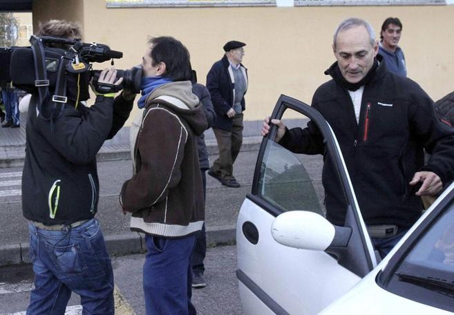 El etarra José Gabriel Zabala Erasun sube a un coche tras abandonar...