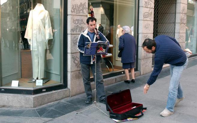 Periodista y músico callejero, en Madrid
