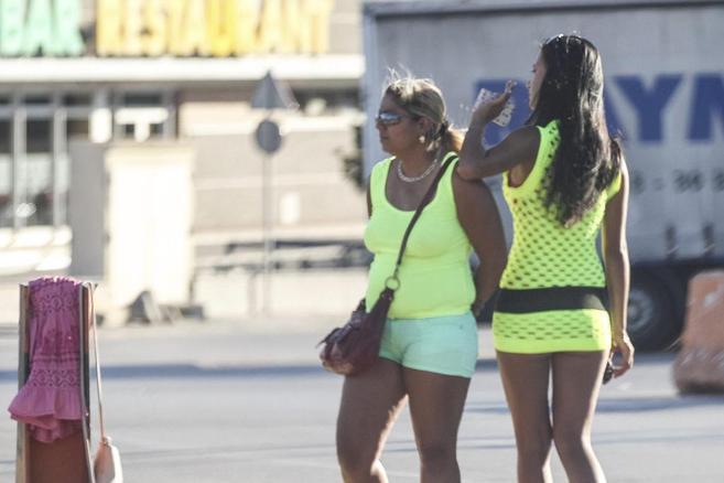 Dos mujeres ejercen la prostitución en la A-2 en el paso de La...