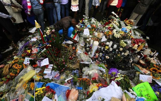 Ramos de flores en recuerdo de Mandela.