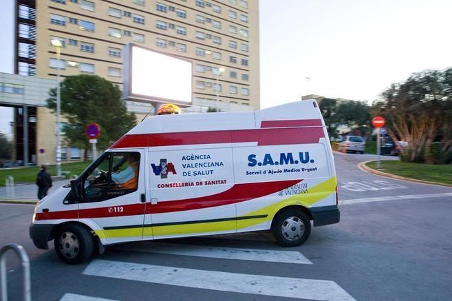 Una ambulancia del SAMU ante el antiguo hospital La Fe.