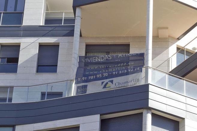 Imagen de archivo de un cartel anunciando la venta de viviendas en...
