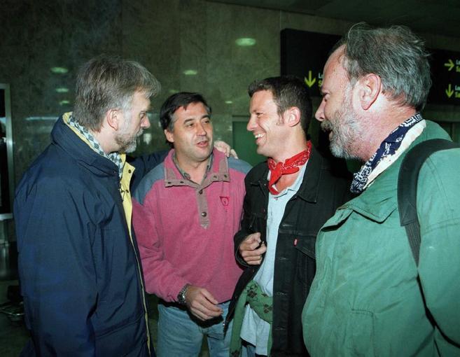 Espinosa junto a Fernando Múgica (izq), Gervasio Sánchez y Ramón...
