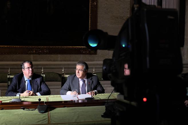 El alcalde de Sevilla, Juan I. Zoido (d.), junto al concejal de...