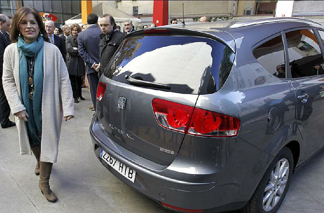Ana Botella junto al vehículo que usará a partir de ahora.