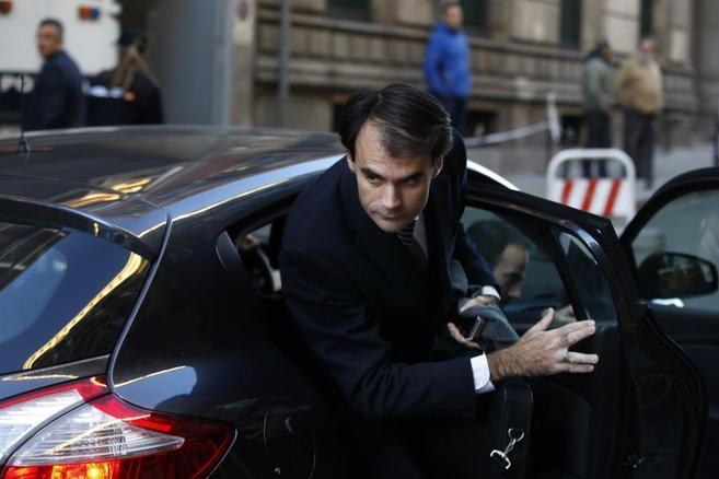 Pablo Ruz sale de un coche por la puerta trasera derecha.