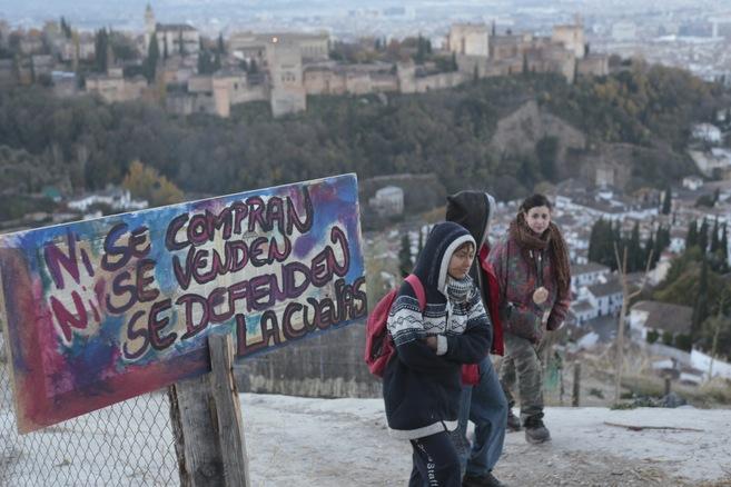 Inquilinos de las cuevas del Cerro de San Miguel, con la Alhambra al...