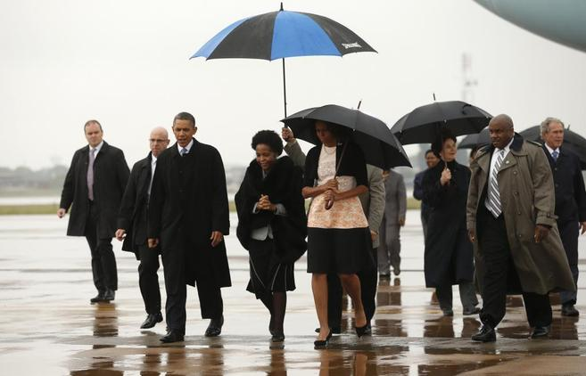 El presidente Obama, tras descender del Air Force One a su llegada a...