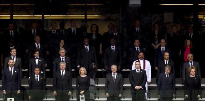 Políticos y representantes de diferentes países parados en una...