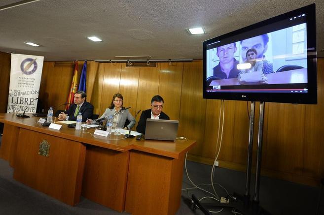 Pedro J. Ramírez, junto a Elsa González y Gervasio Sánchez, en la...