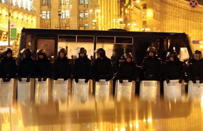 Policías ucranianos permanecen alerta y en formación en la Plaza de...