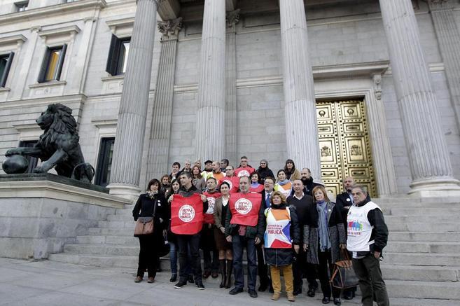 Trabajadores de RTVV se fotografían con diputados de la oposición a...