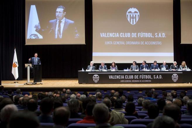 El presidente del Valencia CF, Amadeo Salvo, durante la junta de...