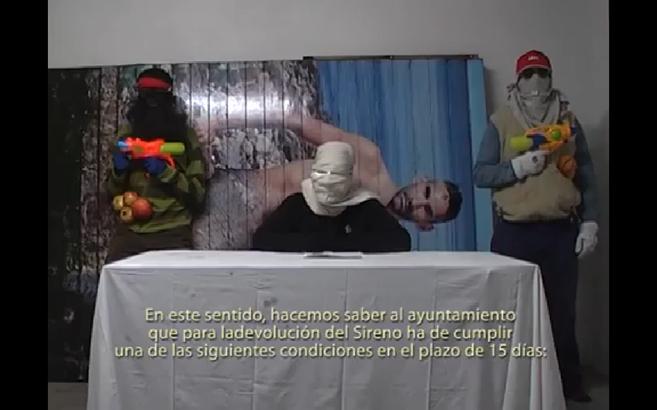 """Los """"secuestradores"""" de la imagen del Sireno, en el vídeo..."""