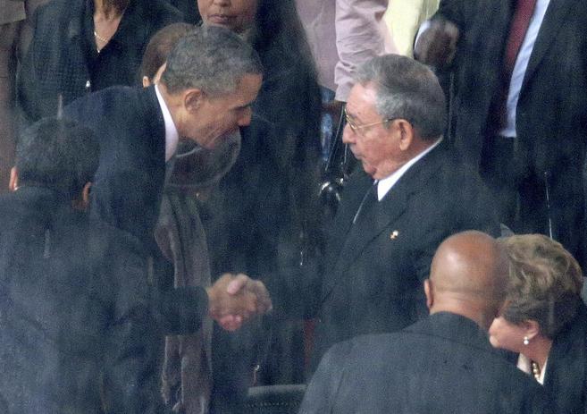 Barack Obama y Raúl Castro en el momento de su apretón de manos en...