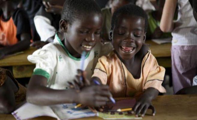 Dos niños africanos en la escuela