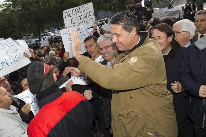 Albiol recibido por seguidores tras declarar ante el juez.