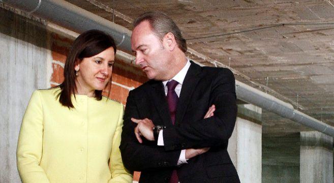 La consellera de Educación, María José Català, junto al presidente...