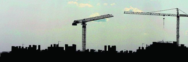 Grúas trabajando en la construcción de viviendas en el PAU de...
