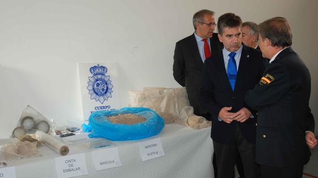 El director general de la Policía, Ignacio Cosidó, observa la droga...