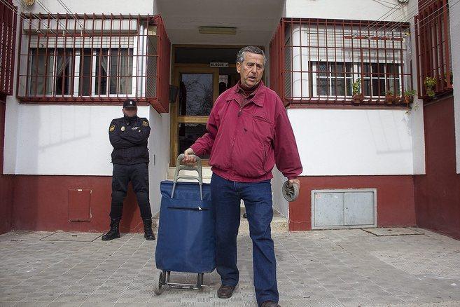 Juan Villalba, en el momento de abandonar su vivienda por orden del...
