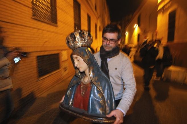 Un hermano de San Roque traslada una de las imágenes del templo hasta...