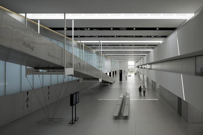 Interior de la terminal de salidas del aeropuerto murciano.