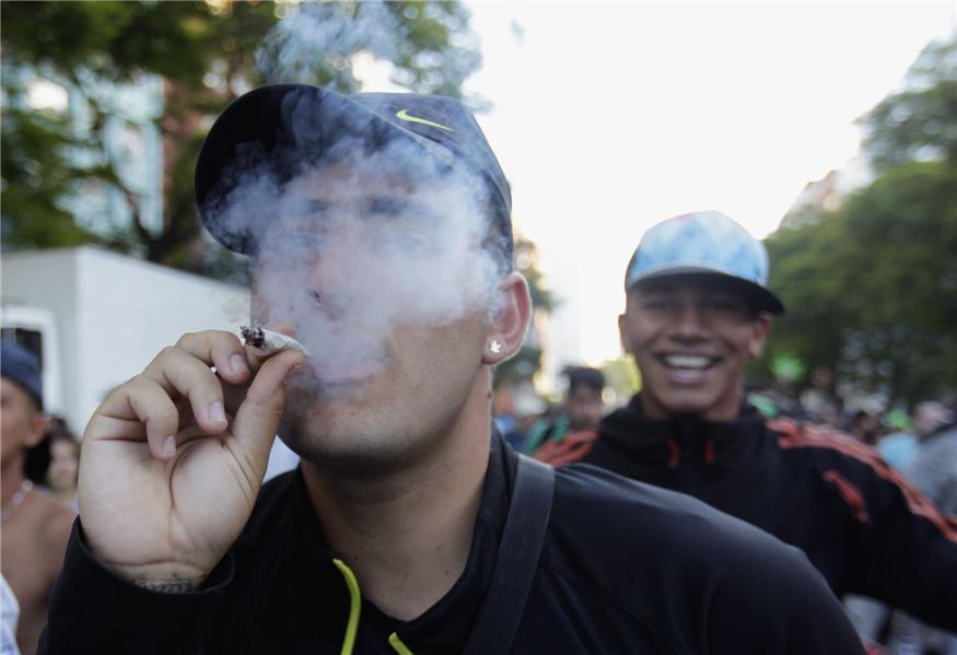 Unso jóvenes celebran la aprobación de la ley en Uruguay.